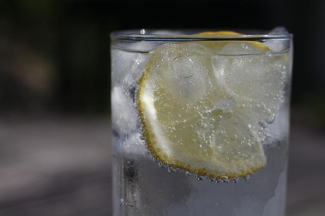 炭酸水を飲むの画像